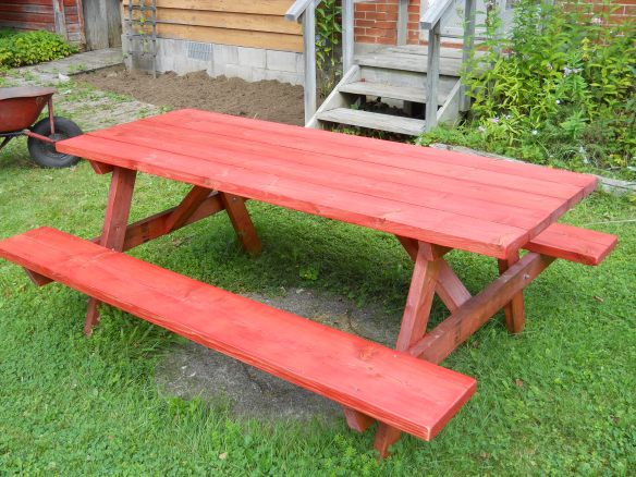 Pinky picnic table